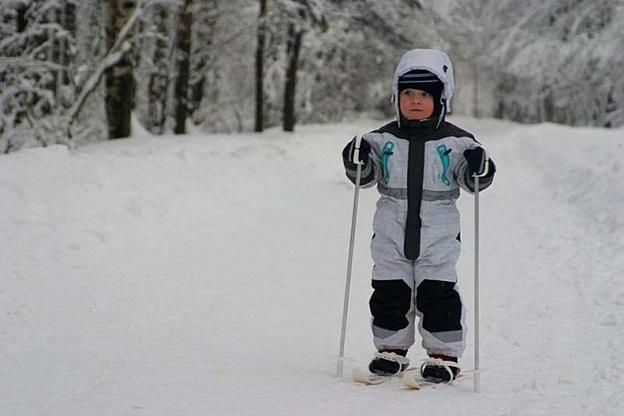 мальчик в зимнем лесу