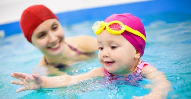 мама и малыш в бассейне