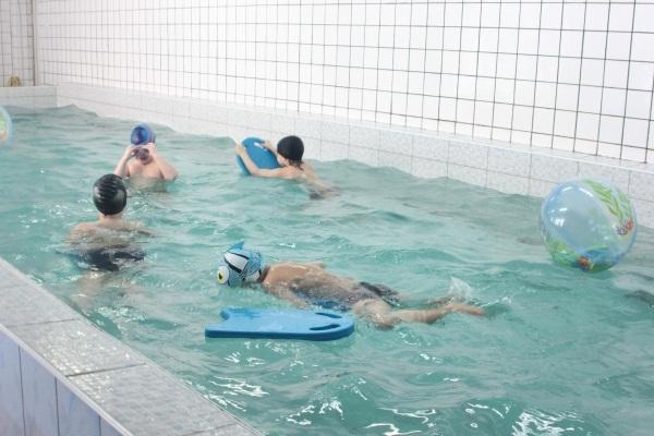 ребята в бассейне