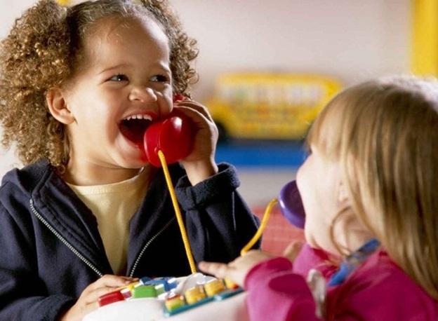 дети разговаривают по телефону