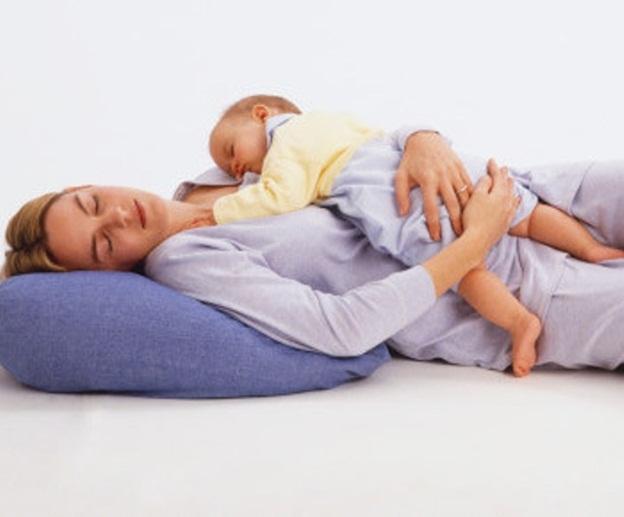 малыш и мама спят