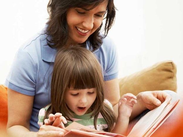мама и дочка за чтением книг