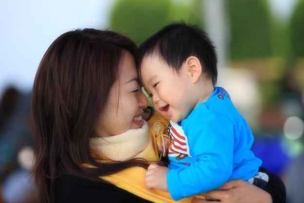 мама и малыш обнимаются
