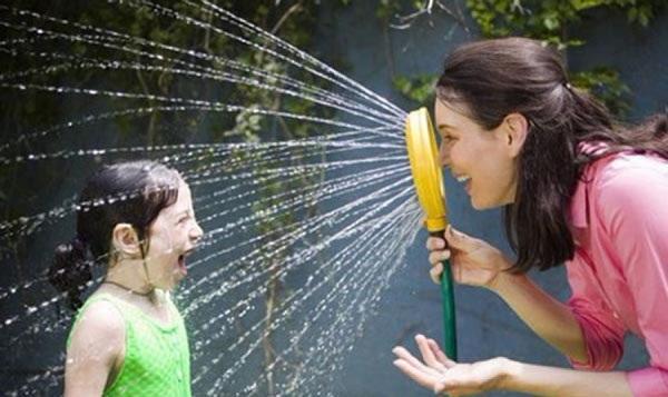 мама и дочка играют с водой