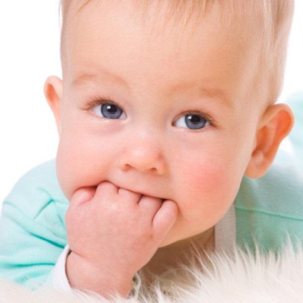 малыш с рукой во рту