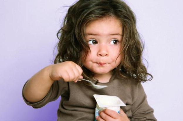 малышка кушает йогурт