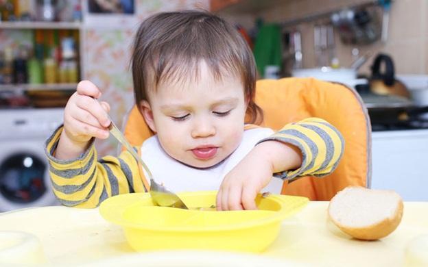 ребенок с тарелкой