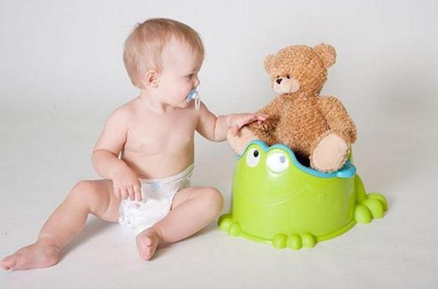 малыш играет с мишкой