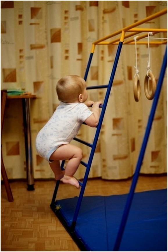 лезть на лестницу