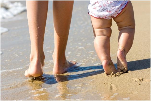 топать по песку