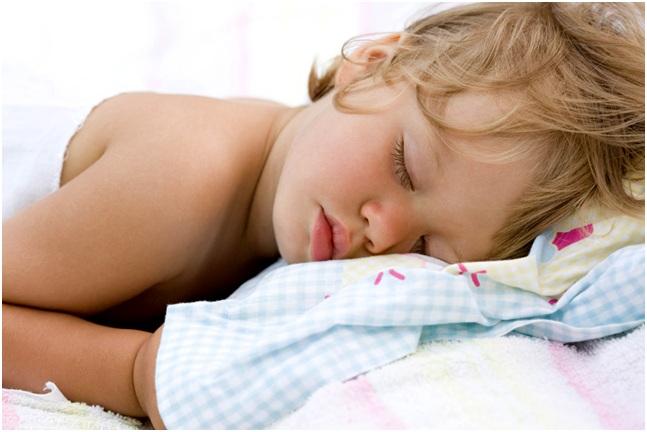 спит на животе