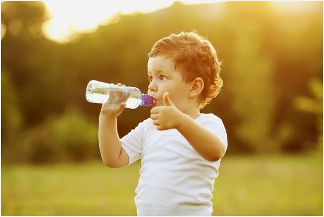 пить из бутылки