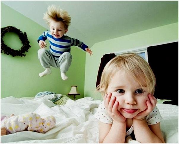 прыгать на кровати