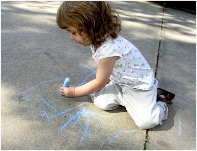 рисует левой рукой