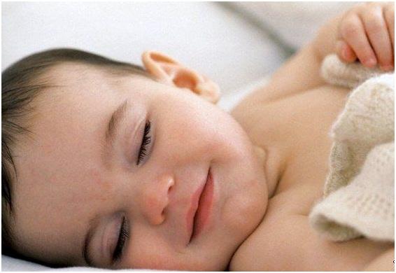 улыбается во сне