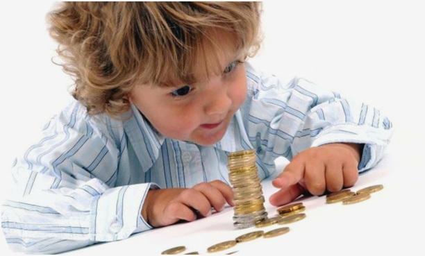 играет с монетками