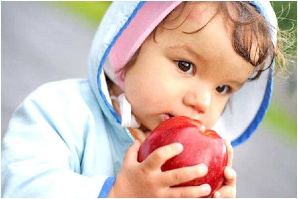 кушать яблоко