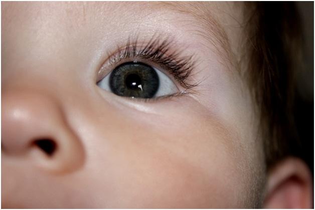 Когда меняется цвет глаз у новорожденных детей и как это происходит