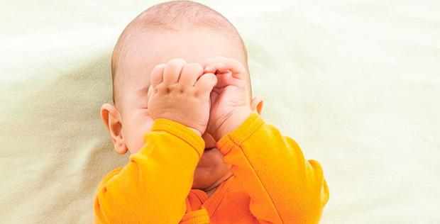 Ребенок 2 года спит с приоткрытыми глазами почему thumbnail