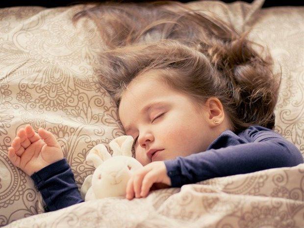 Почему ребенок писается ночью, днем, в садике и что с этим делать?